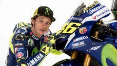 Valentino Rossi accanto alla sua Yamaha da MotoGP