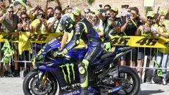 Valentino Rossi con la M1 tra le strade di Tavullia