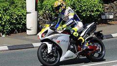 Valentino Rossi con la Yamaha R1 in una esibizione al Tourist Trophy 2009