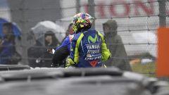 Valentino Rossi dopo la caduta