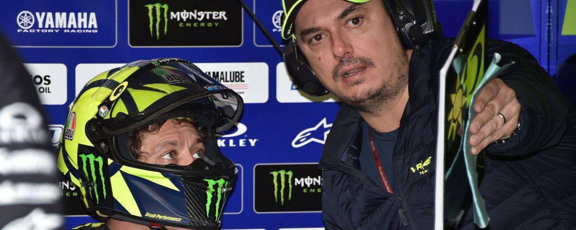 """Valentino Rossi e Alessio """"Uccio"""" Salucci nel box del team Monster Yamaha"""