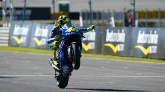 Valentino Rossi impenna con la Yamaha M1 nel 2004