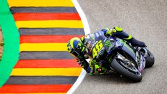 Valentino Rossi in pista al Sachsenring sulla Yamaha