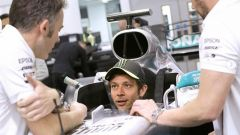 Valentino Rossi prova il sedile della Mercedes