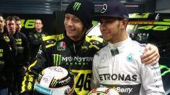 Hamilton e Rossi pronti a scambiarsi Mercedes e Yamaha