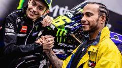 Valentino Rossi (Yamaha) e Lewis Hamilton (Mercedes)