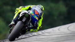 Valentino Rossi (Yamaha) in azione tra le pieghe del Sachsenring