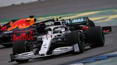 Valtteri Bottas (Mercedes) davanti a Max Verstappen (Red Bull) in gara