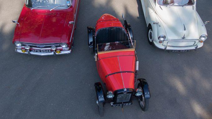 VauxhallVX490 HB del 1963, Austin 7 Ulster 1934 Replica e Morris Minor del 1959 dall'alto