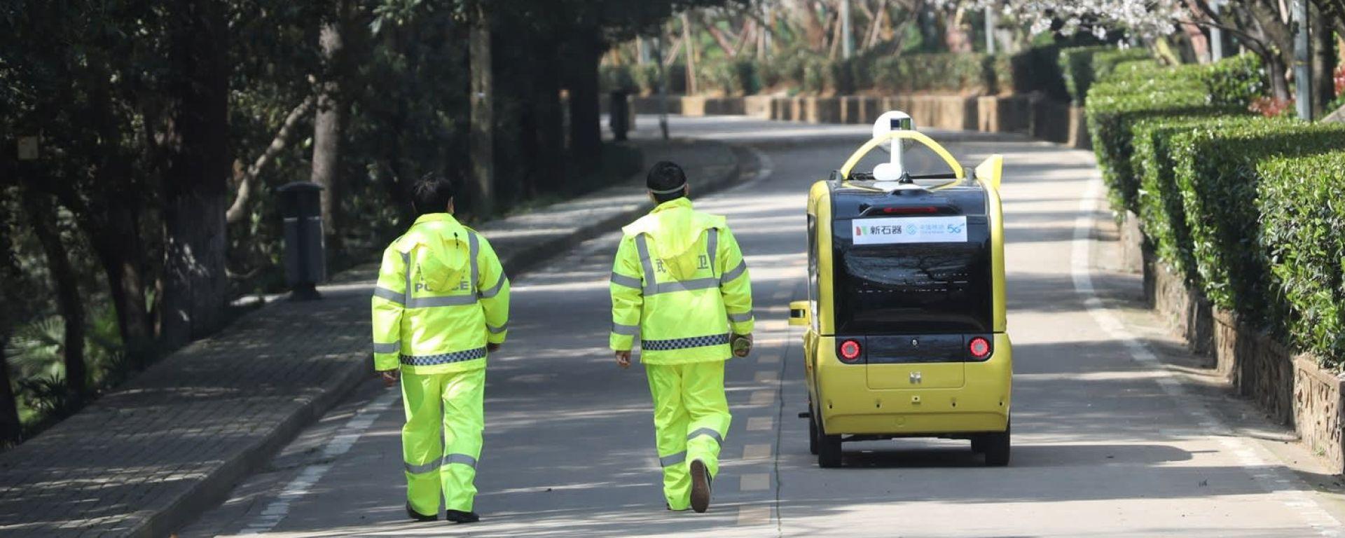 Veicolo senza conducente per le vie di Wuhan durante la pandemia da Covid-19