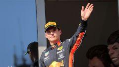 Verstappen (Red Bull) saluta i fan sul podio del GP d'Ungheria