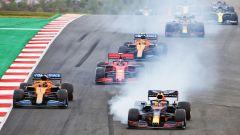 Verstappen (Red Bull), si difende da Sainz (McLaren). Dietro di lui Leclerc (Ferrari), Norris (McLaren) e Albon (Red Bull)