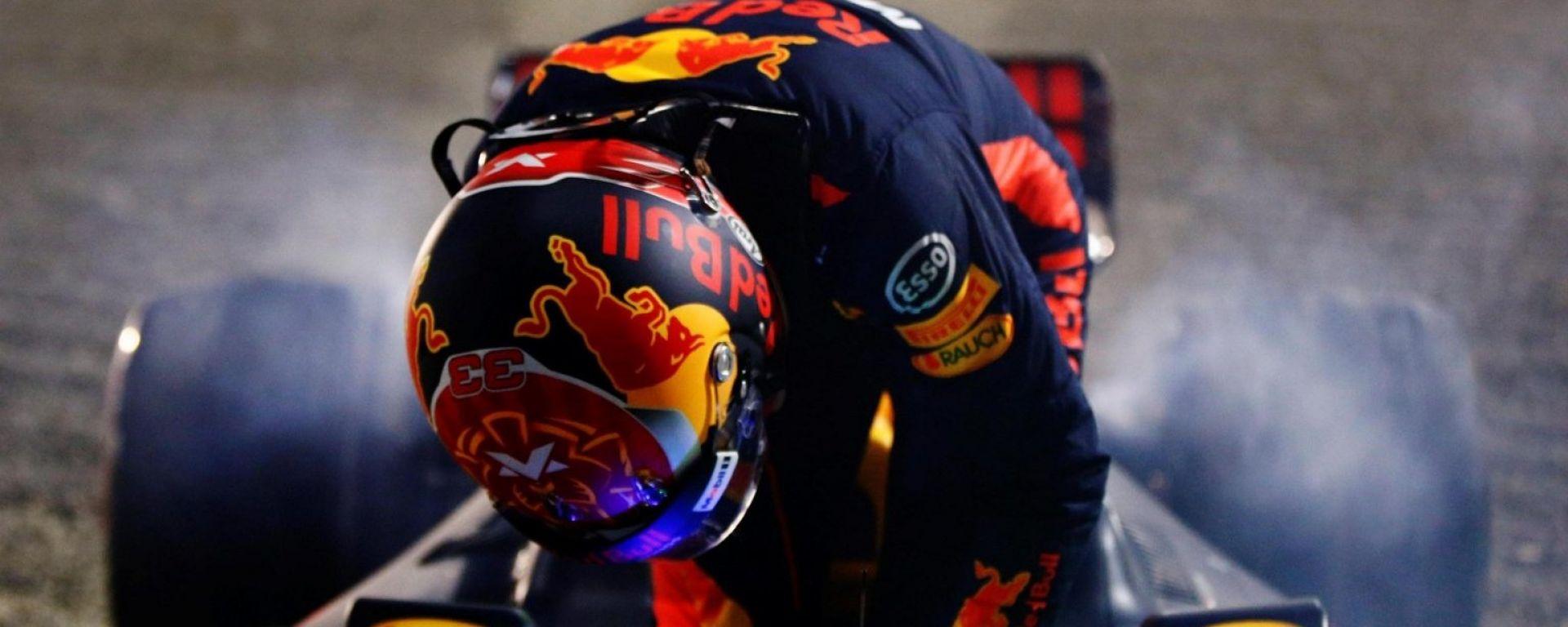 Verstappen scende dalla sua Red Bull dopo il cedimento dei freni anteriori - GP Bahrain
