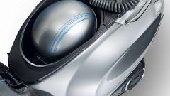 Vespa Elettrica 70 km/h: il vano sottosella con il cavo di ricarica