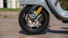 Vespa GTS 300 HPE SuperTech: il freno a disco anteriore e la molla gialla dell'ammortizzatore