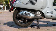 Vespa GTS 300 HPE SuperTech: un dettaglio della marmitta con il nuovo paracalore