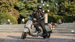 Vespa GTS 300 HPE SuperTech: un momento di relax durante lo shooting fotografico