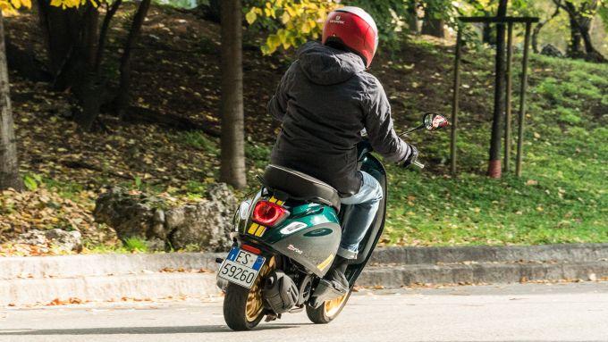 Vespa Sprint 125 Racing Sixties: consumi di benzina ridotti all'osso con 35 km/litro