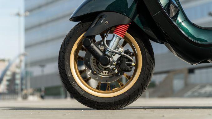 Vespa Sprint 125 Racing Sixties: davanti ammortizzatore monobraccio e disco da 200 mm con ABS