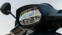 Vespa Sprint 125 Racing Sixties: il faro anteriore squadrato come le vecchie Vespa, ma oggi è full LED