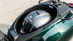 Vespa Sprint 125 Racing Sixties: il vano sottosella ospita un casco integrale e altri oggetti