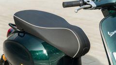 Vespa Sprint 125 Racing Sixties: la comoda sella nera con il profilo bianco