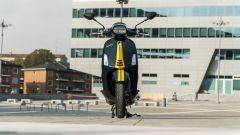 Vespa Sprint 125 Racing Sixties: la vespa vista di fronte mostra la larghezza degli specchietti