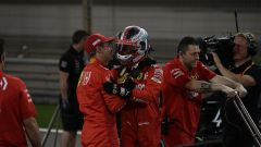 Vettel abbraccia Leclerc subito dopo la bandiera a scacchi delle qualifiche GP Bahrain 2019