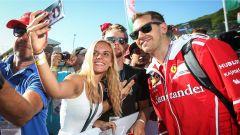 Vettel con i fan del Cavallino Rampante