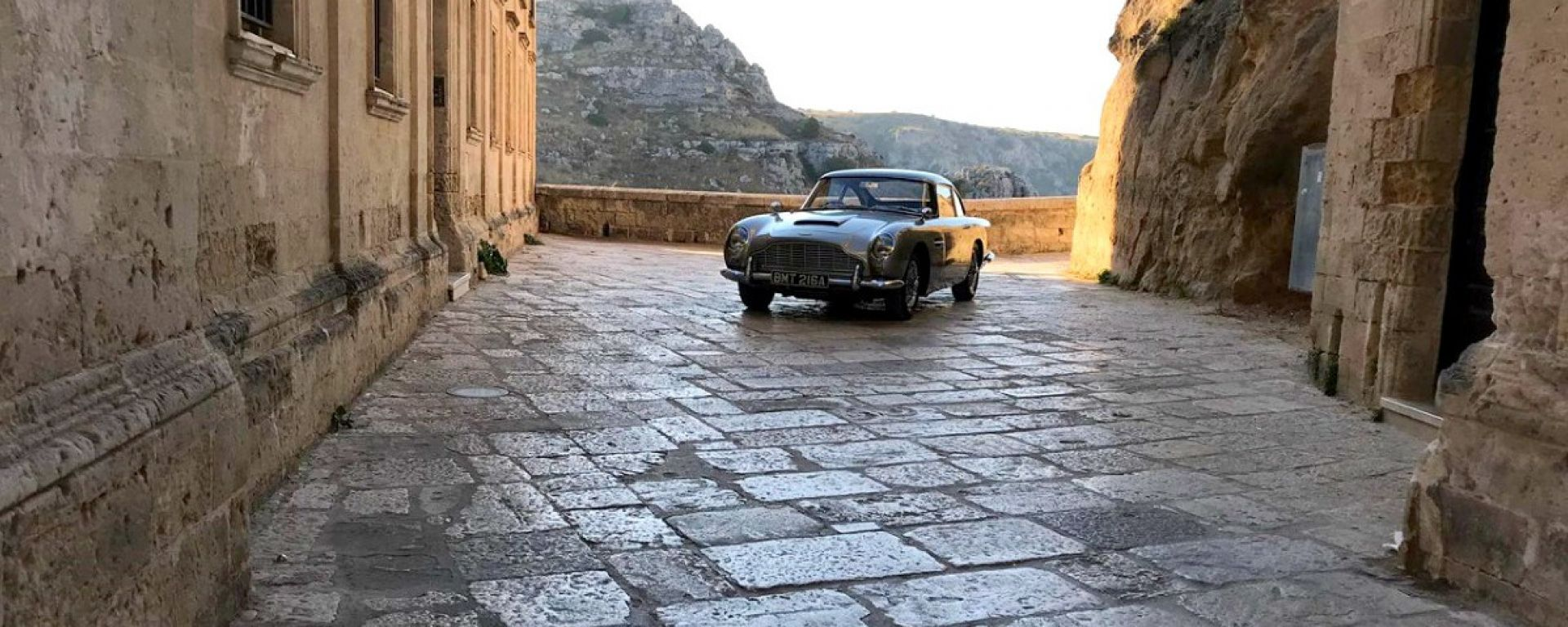 Video: James Bond 007 No time to die, Aston Martin DB5 a Matera
