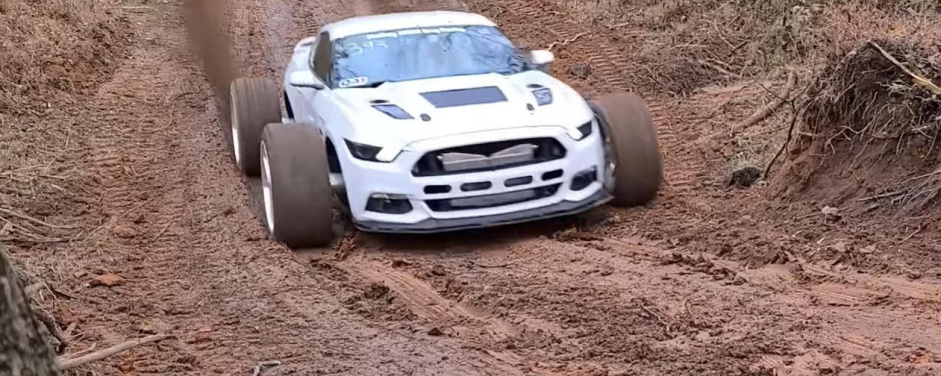 [VIDEO] La Ford Mustang biturbo da 1000 CV si arrampica nel fango