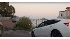 Video: la guida autonoma di Tesla su una strada difficile