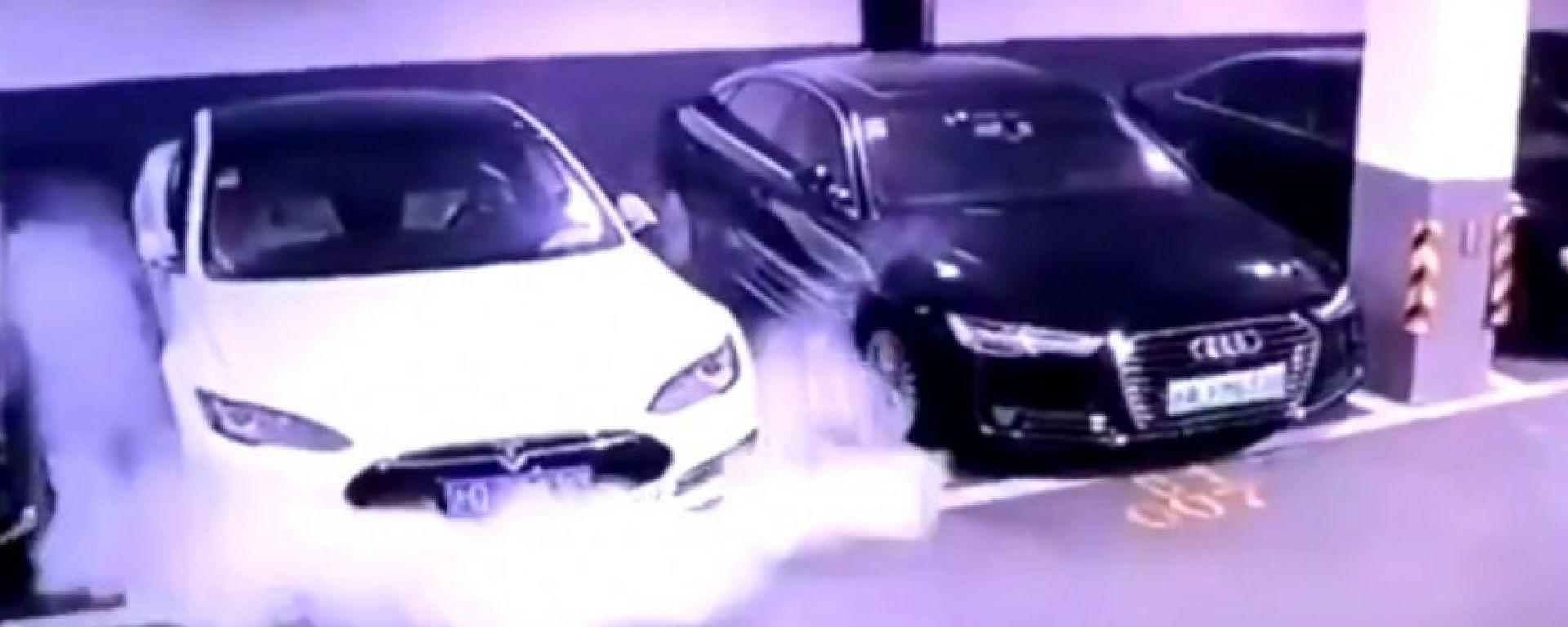 Tesla: Model S in fiamme in Cina, ma guida autonoma nel 2020