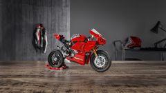 Vista 3/4 anteriore destra della Ducati Panigale V4 R di Lego Technic