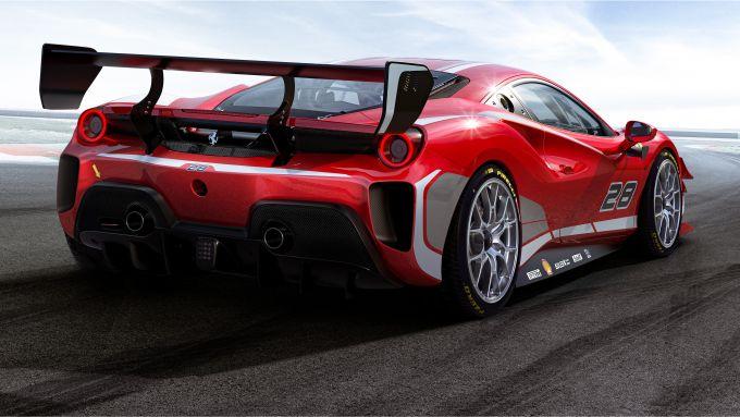 Vista da dietro della Ferrari 488 Challenge EVO