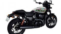 Vista di 3/4 posteriore destra della Freedom Edition, l'Harley-Davidson Street Rod 750 in edizione limitata per il Giappone