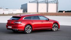 Volkswagen Arteon 2020 eHybrid R Line Shooting Brake: visuale di 3/4 posteriore