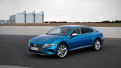 Volkswagen Arteon 2020 eHybrid: visuale di 3/4 anteriore
