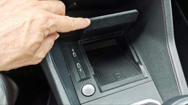 Volkswagen Caddy Kombi Life, il doppiofondo con caricabatterie wireless per lo smartphone