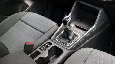 Volkswagen Caddy Kombi Life, la leva del cambio manuale