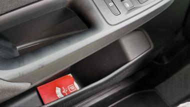 Volkswagen Caddy Kombi Life, la profonda tasca portaoggetti nella portiera lato guida