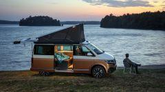 Volkswagen California 6.1 con il tetto sollevato