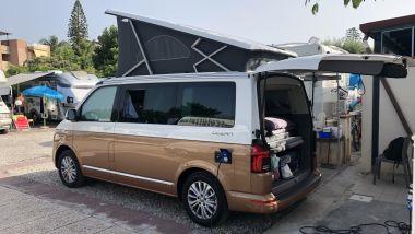 Volkswagen California 6.1 con tetto a soffietto aperto