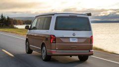 Volkswagen California 6.1: visuale di 3/4 posteriore