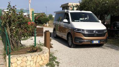 Volkswagen California Ocean 6.1 all'uscita dal camping di Isola delle Femmine