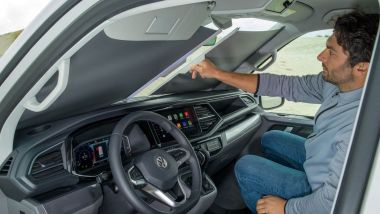 Volkswagen California Ocean 6.1: la plancia con le tendine oscuranti