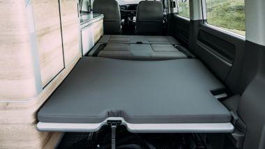 Volkswagen California Ocean 6.1: zona letto, con il piccolo bagagliaio sul fondo
