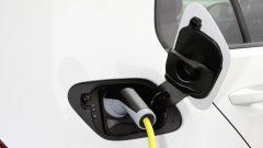 Volkswagen e-Golf: la ricarica tramite normale linea elettrica avviene in 17 ore