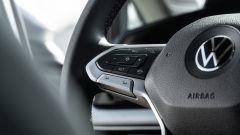 Volkswagen Golf 1.0 eTSI DSG Life, comandi per cruise control e aiuti alla guida