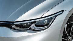 Volkswagen Golf 1.0 eTSI DSG Life, dettaglio del faro anteriore
